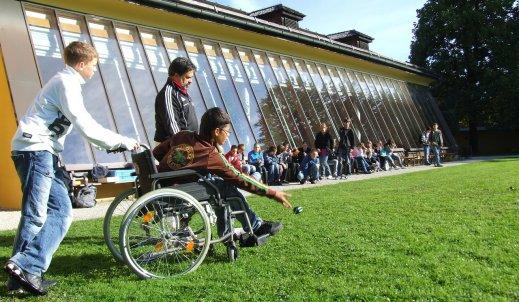 W jaki sposób pomagamy niepełnosprawnym i ułatwiamy im życie?