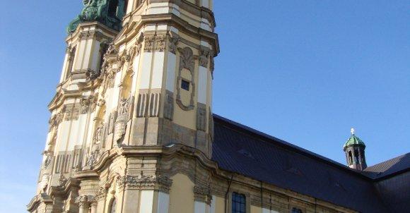 Profil Bazyliki. Ściany boczne nawy prezentują się już skromniej od przebogatej fasady.