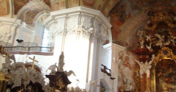 Prezbiterium prezentuje się jeszcze bardziej spektakularnie.