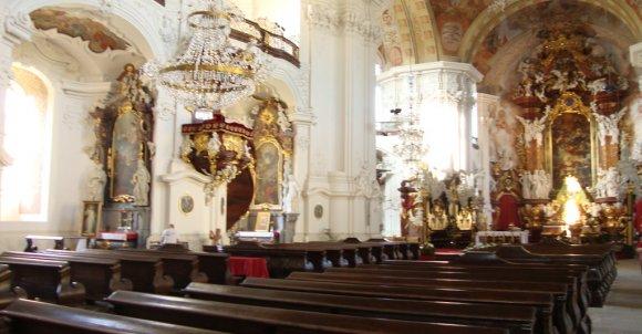 Wchodzimy do środka. Kontrreformacyjne kościoły miały zachwycać  swym przepychem i tym sposobem przyciągać wiernych z powrotem do wiary katolickiej.
