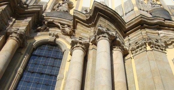 Bazylika z perspektywy żabiej. Kościół jest imponujących rozmiarów, jak na liczbę mieszkańców Krzeszowa, w którym się znajduje (niewiele ponad 1500 osób).