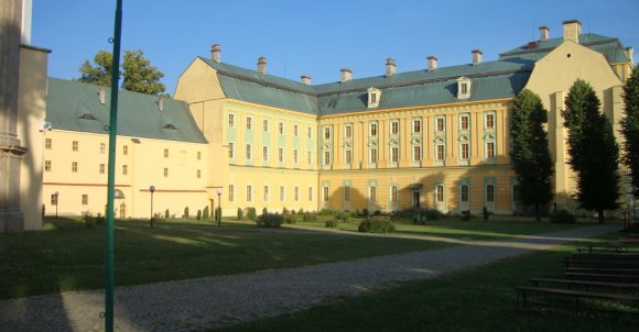 Widok zespołu klasztornego wraz z częścią ogrodów.