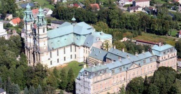 Opactwo w Krzeszowie z lotu ptaka. Widoczna bazylika,  klasztor i fragment zespołu ogrodowego. Zdjęcie pochodzi z internetu, sam nie byłem w stanie takiego wykonać.