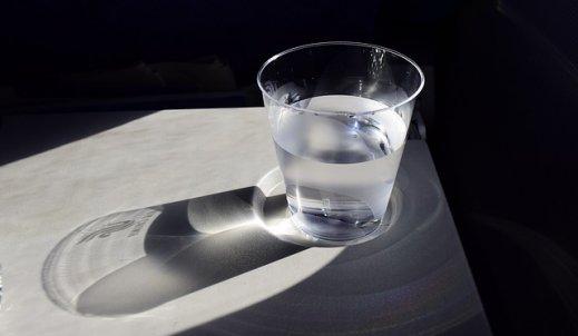 Szklanka jest do połowy pełna, czy pusta? – o pesymistach z przymrużeniem oka