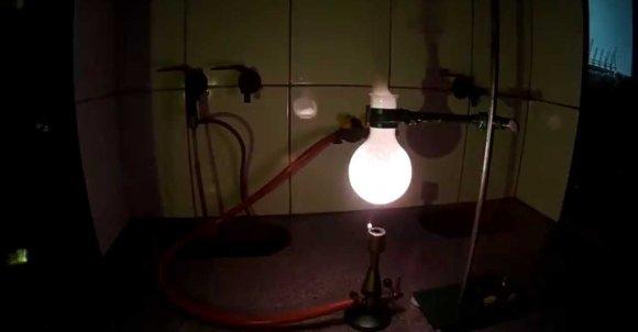 Na zdjęciu widzimy mocne światło wydobywające się z kolby towarzyszące doświadczeniu. Zdjęcie pochodzi ze strony: https://www.youtube.com/watch?v=rf2hxJAnGtQ