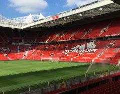 Widok na trybuny stadionu. Logo największego sponsora klubu.