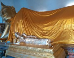 W jednej ze świątyń z leżącym Buddą