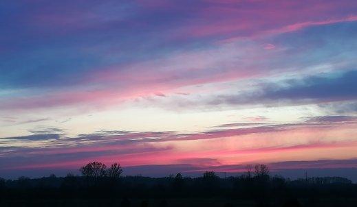 """,,Jednak prawdą jest, że najpiękniejszy wschód, bądź zachód słońca, potrzebuje zachmurzonego nieba."""""""