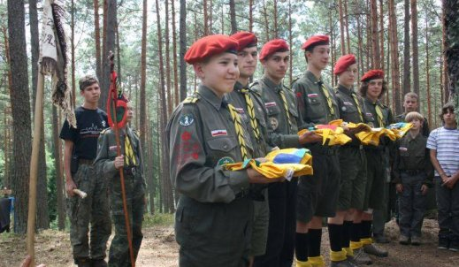 Harcerze – chłopcy w krótkich spodenkach biegający po lesie?