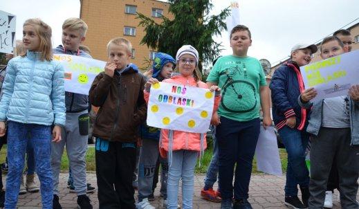 Marsz uczniów z odblaskami.
