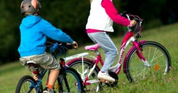 dzieci jada na rowerze