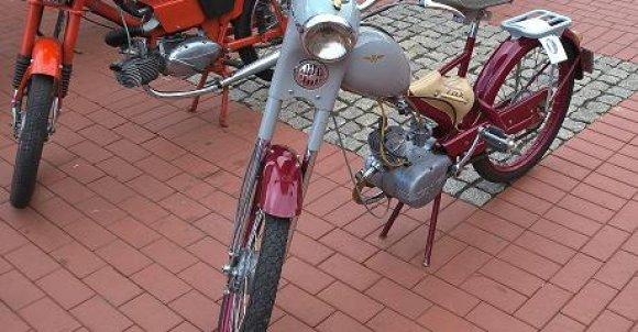 Polskie motorowery Żak ( w razie braku paliwa były pedały ) i Romet - marzenie każdego nastolatka w latach 70-tych i 80-tych.
