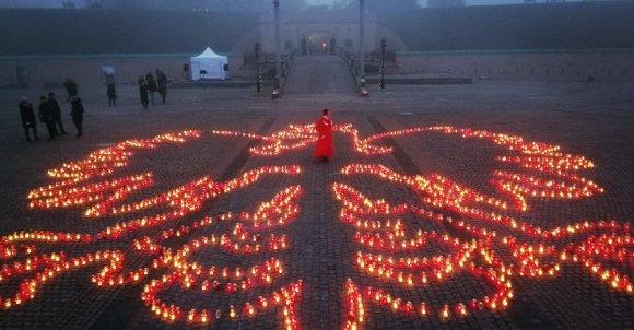Na Ukrainie ułożono biało-czerwone godło Polski ze zniczy w Twierdzy Kijowskiej.