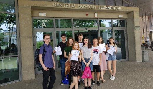 """Certyfikaty i nagrody dla uczniów CE podczas Mini Festiwalu Nauki za projekty w ramach  """"Ścieżek Kopernika"""" realizowane na Politechnice Śląskiej"""