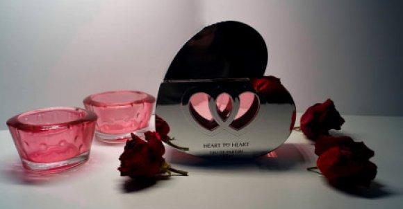 Do zrobienia takiego zdjęcia potrzebujesz:  -Perfumy -Róże -Świeczniki -Tło -Aparat lub telefon  Złap focus na perfumy. Ustawienia dostosuj jak ci pasuje. Teraz tylko przerób zdjęcie w jakiejś aplikacji i gotowe!