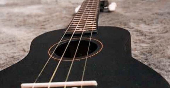 Do zrobienia takiego zdjęcia potrzebujesz:  -Ukulele -Dywan -Aparat lub telefon  Połóż ukulele na dywanie, a aparat od dołu instrumentu. Ustawienia dostosuj jak ci pasuje. Teraz tylko przerób zdjęcie w jakiejś aplikacji i gotowe!